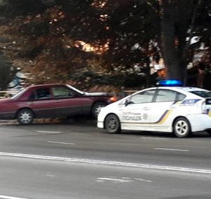 ДТП в Ужгороді: «Mercedes» зніс огорожу і в'їхав у «зелену зону» (ВІДЕО)