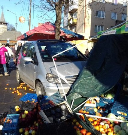 «Mercedes» влетел в торговую палатку в Ужгороде. Есть пострадавшие (ФОТО)