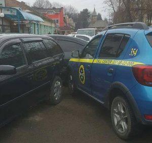 В Ужгороді авто служби охорони врізалось у дві припарковані машини