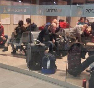 """Сотня закарпатців ночувала на вокзалі Кошіце через затримку автобусу """"LEO Express"""""""