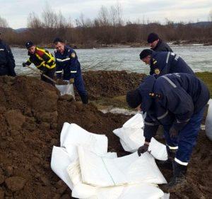 На Хустщині рятувальники з водниками відновлюють дамбу через р. Ріка