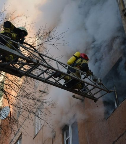 В Ужгороді на пожежі 2 людей врятовано та 20 евакуйовано (ВІДЕО)