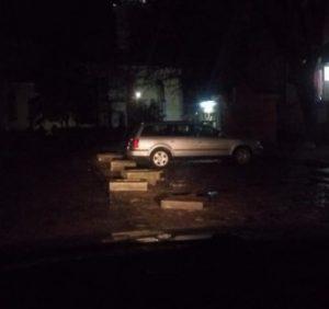 В Берегові шість автівок розбили бампери об нещодавно встановлені бетонні клумби