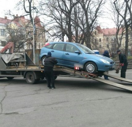 В Ужгороді водіїв штрафували – автівки забирали на арештмайданчик (ФОТО, ВІДЕО)