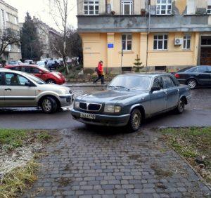 «Олень» дня припаркувався: жодна поліція зі штрафами цього не змінить (ФОТО, ВІДЕО)