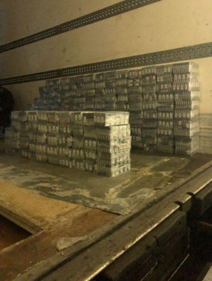 Близько 26 тисяч пачок сигарет виявили під бочками з медом у вантажівці на Закарпатті