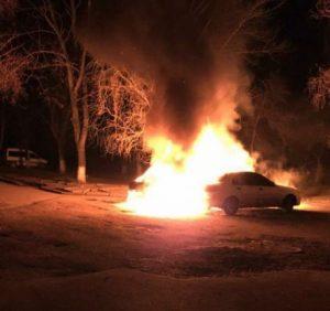 Фото нічної пожежі в Ужгороді, в якій згоріло два автомобілі