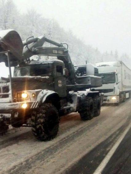 Рятувальники ліквідовують наслідки ускладнення погодних умов на Закарпатті