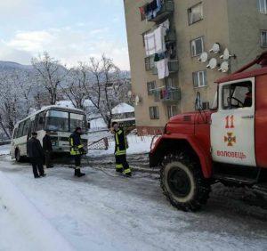 У Воловці рятувальники витягли з кювету автобус (Фото, Відео)