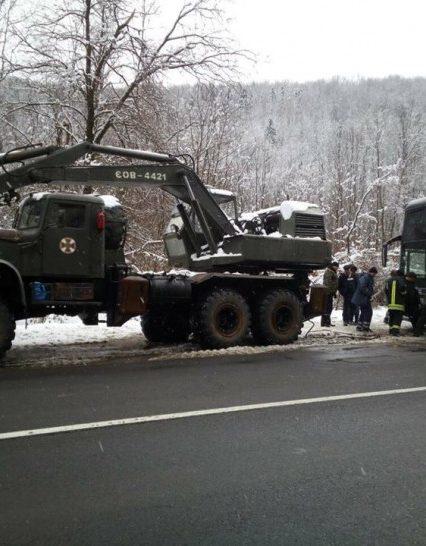 Воловецькі рятувальники надали допомогу водіям автобусу, що виконував міжнародний рейс (ФОТО, ВІДЕО)
