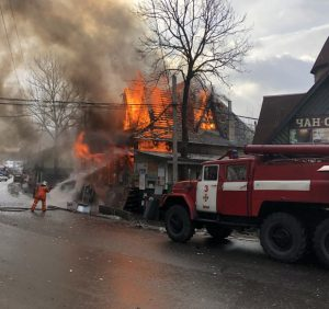 На Рахівщині вогонь знищив магазин будматеріалів (ФОТО)