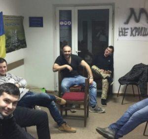 """""""Спокійна"""" ніч протестувальників у приймальні мера Ужгорода, поліція згідна з антикорупційними вимогами (фото)"""