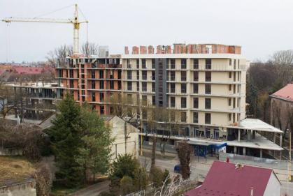 В історичній частині Ужгорода ведеться самовільне будівництво багатоповерхівки (ФОТО)