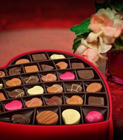 В Ужгороді передсвятковий ажіотаж на подарунки до Дня закоханих (ВІДЕО)