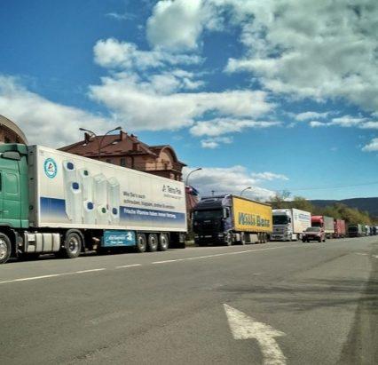 П'ятий день у кілометрових чергах стоять вантажівки перед КПП «Ужгород» (ВІДЕО)