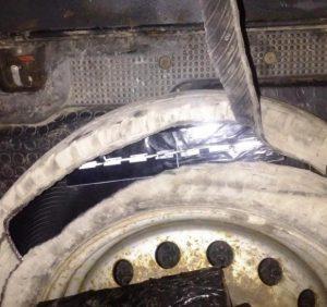 У запасному колесі мікроавтобуса прикордонники виявили цигарки (ФОТО)