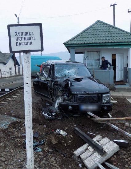 На Закарпатті «Land Rover» зіштовхнувся з товарним потягом (ФОТО)