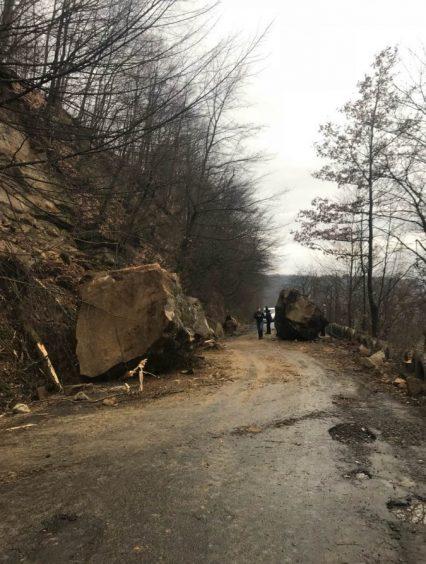 На Тячівщині на автодорогу селевий потік та кам'яна порода