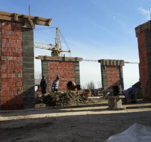 В Ужгороді демонтують незаконну надбудову багатоперхівки на Гойди (ФОТО)