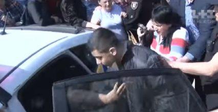 Закарпатська поліція врятувала від самосуду підозрюваного у вбивсті підлітка (відео)