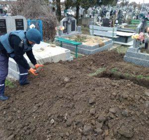 Піротехніки знищили артилерійський снаряд, котрий було виявлено на кладовищі
