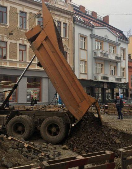 Площа Петефі в Ужгороді: безкінечний ремонт (ВІДЕО)