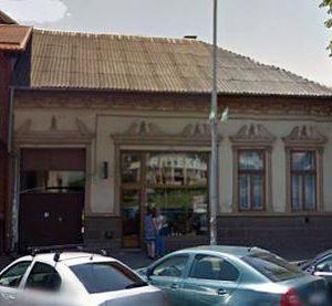 """Як """"відновлюють"""" фасад будівлі на вулиці Толстого в Ужгороді"""