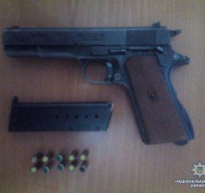 У Іршаві поліцейські вилучили в чоловіка пістолет з набоями