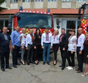 Одягли вишиванки не тільки рятувальники, а й пожежні автомобілі