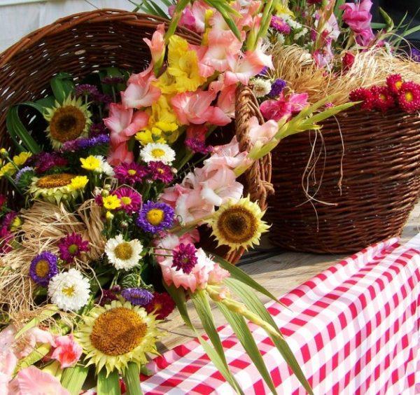 Наша служба качественной и быстрой доставки цветочных аранжировок