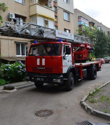 Ужгородські вогнеборці ліквідували пожежу у квартирі міської п'ятиповерхівки (фото, відео)
