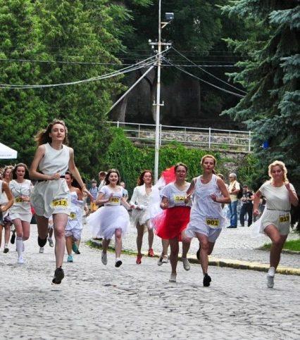 В Ужгороді вперше відбувся забіг наречених (ФОТО, ВІДЕО)