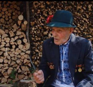 Іван Больбан із Міжгірщини понад шістдесят років виготовляє сопілки та трембіти (ВІДЕО)