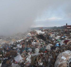Мукачівські вогнеборці ліквідували пожежу на звалищі твердих побутових відходів (фото)