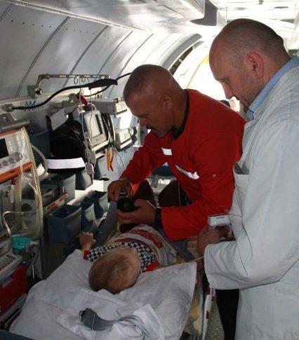 Сина закарпатського атовця доправили літаком до клініки «Охмадтид» (фото)