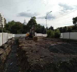 В Ужгороді знову забрали частину газону під будівництво