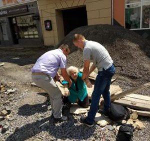 """На """"багатостраждальній"""" ужгородській площі Петефі бабуся провалилася у каналізаційну шахту (фото)"""