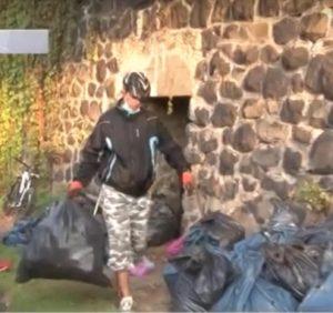 Ужгородці самотужки вичищають місто від сміття (ВІДЕО)