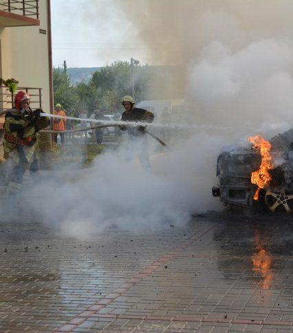 В Ужгороді вщент згоріла Toyota Avensis (ФОТО, ВІДЕО)
