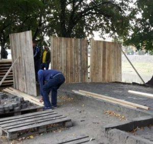 В Ужгороді на набережній монтують щити, аби активісти не заважали владі гроші освоювати