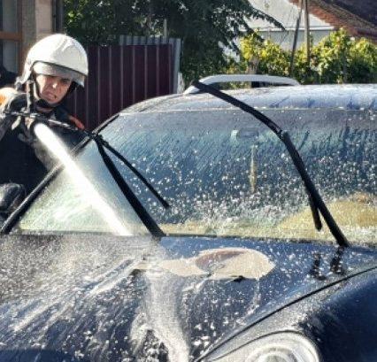 """В Ужгороді спалахнув """"Porsche Cayenne"""": пожежники прийшли на допомогу (ФОТО)"""