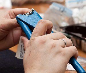 Что такое бирки в бижутерии и для чего они нужны?