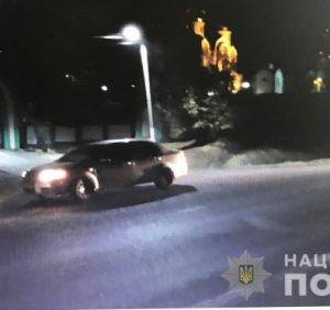 На околиці Мукачева водій збив насмерть людину. Особу загиблого встановлюють