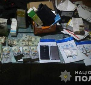 Поліція проводить обшуки за місцем проживання фігурантів наркозлочинів у Хусті (фото, відео)
