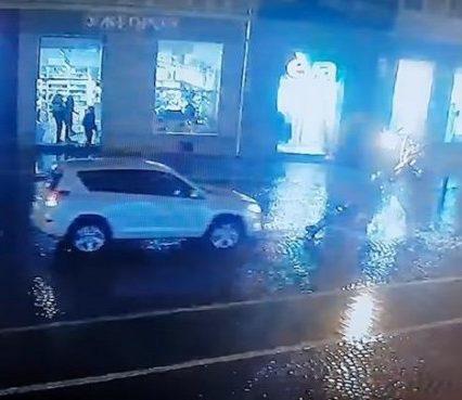 В Ужгороді чиновник збив на площі Петефі новий ліхтар і втік (відео)
