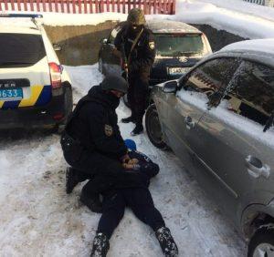 На Тячівщині поліція виявила у фігуранта кримінального провадження кастет і балаклаву