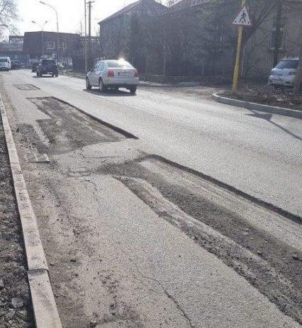 Вулицю Шумну в Ужгороді не поспішають відновлювати після багатомільйонного ремонту (фото, відео)