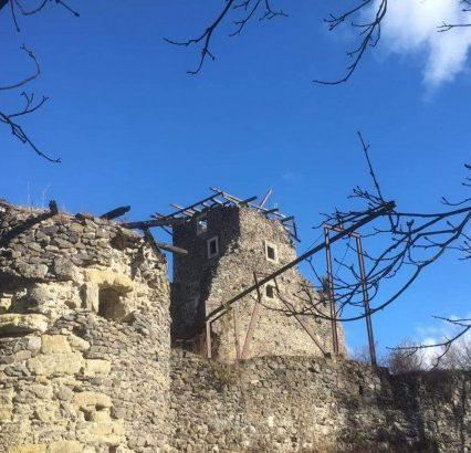 У Невицькому замку шквальний вітер повалив аварійну вежу донжон (ФОТО, ВІДЕО)