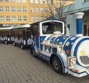Технічно несправний дитячий паровозик забруднює площу Театральну в Ужгороді