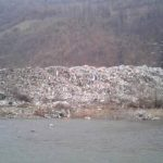 Величезне стихійне сміттєзвалище на березі Тиси показали в соцмережах